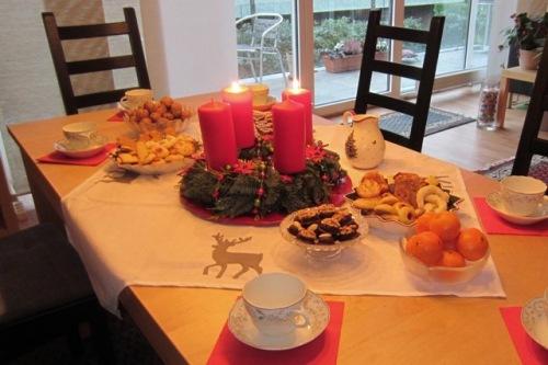 Adventskaffee-Tisch