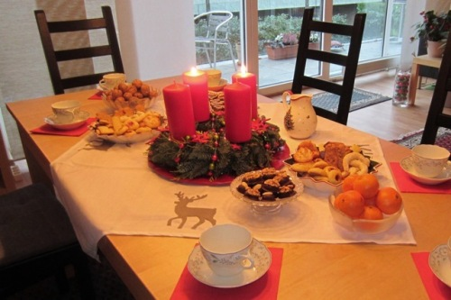 Adventskaffee-Tisch